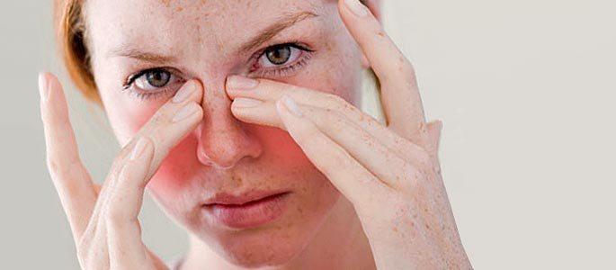 Гайморита в отличии от ринита болит чуть выше щеки возле носа