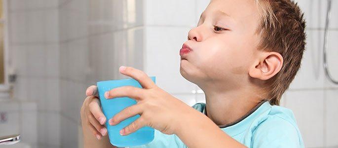 Ребенок полощет горлышко