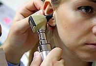 Осмотр наружной части уха